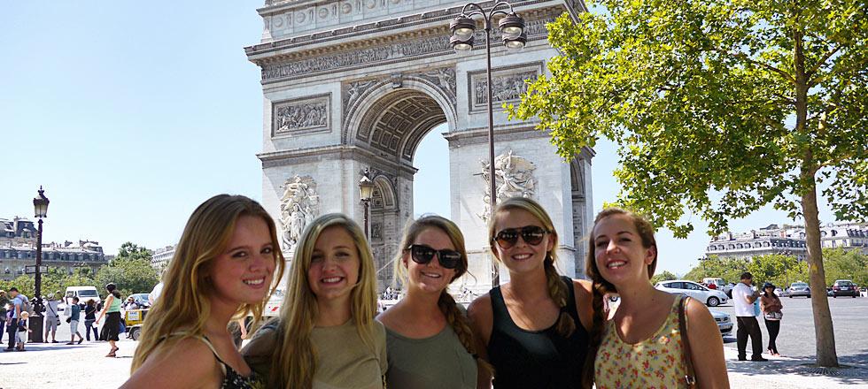 Study abroad students visit Arc de Triomphe