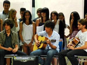 san-francisco-students-play-guitar-2010